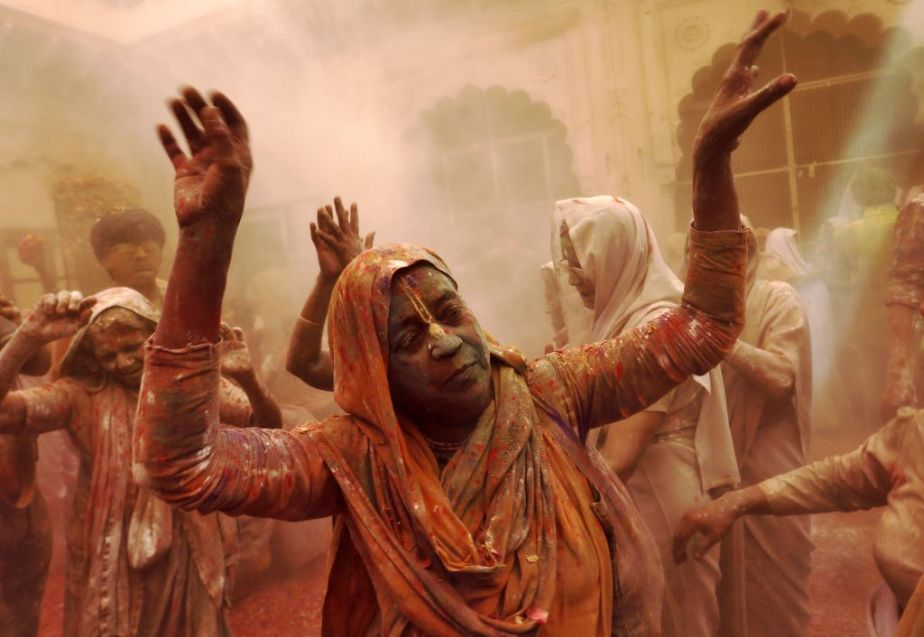 widows Holi